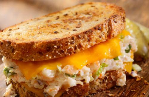 Sándwich de ensalada de pescado y queso